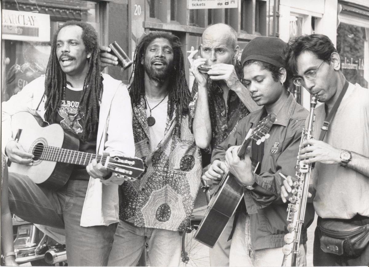 Photo Jan Piet Visser met straatmuzikanten Amsterdam